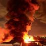 Cháy dữ dội trong đêm ở quận 4, TP.HCM