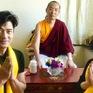 Quách Phú Thành và vợ đi chùa cầu nguyện cho con gái