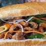 Thưởng thức món bánh mỳ kẹp chả cá chiên nóng vừa ngon, lại rẻ