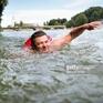 Thất vọng với giao thông đường bộ, bơi 2km để đi làm mỗi ngày