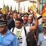 Các cầu thủ Cameroon được đón chào như người hùng khi trở về
