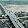 Rào chắn một nửa cầu Vĩnh Tuy để sửa chữa
