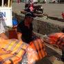 Cảnh sát biển trang bị nhiều thiết bị an toàn cho ngư dân xã đảo Thổ Chu