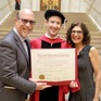 Khoảnh khắc xúc động khi Mark Zuckerberg nhận bằng tốt nghiệp