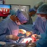 Mổ cấp cứu một bệnh nhân trên đảo Song Tử Tây