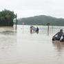 Mất an toàn trên những tuyến đường ngập do mưa lũ tại Phú Yên