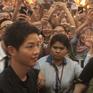 "Song Joong Ki bị quây giữa ""biển"" fan ở Malaysia"