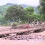 Người dân Sơn La dựng cầu tạm qua suối sau trận lũ quét kinh hoàng