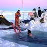 Tắm trong nước âm 1,8 độ C đánh dấu ngày Đông chí tại Nam Cực