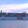 Tàu chở hàng lớn nhất thế giới đi qua cảng nước Anh