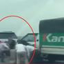 Chạy sai làn trên cầu, nhóm tài xế tháo dải phân cách để tránh CSGT