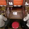 Ngày càng nhiều người Nhật Bản thích đi hát karaoke, ăn uống... một mình