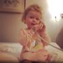 Phát sốt với clip cô bé 3 tuổi giả vờ trò chuyện điện thoại