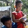 Kỳ lạ cậu bé 4 tuổi thích ăn gạo sống ở Lai Vung, Đồng Tháp