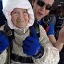 Cụ bà 102 tuổi nhảy dù để làm từ thiện
