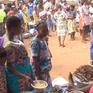 Trao đổi hàng hóa bằng thực phẩm tại khu chợ đổi đồ ở Togo