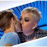 Katy Perry bị chỉ trích vì hôn thí sinh trong gameshow truyền hình