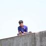 Giải cứu thanh niên nghi ngáo đá trèo lên nóc nhà dân ở TP.HCM