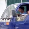 [VIDEO] Kinh hãi bé trai lái xe tải chạy băng băng trên đường