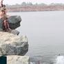 """Người dân, học sinh bất chấp nguy hiểm đến chơi, tắm tại Hồ Đá """"tử thần"""""""
