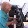 Cụ bà 103 tuổi với niềm đam mê chơi piano