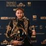 Neymar ăn mặc diêm dúa nhận giải Cầu thủ hay nhất Ligue 1