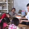 Việc tử tế: Thầy giáo tật nguyền viết chữ bằng miệng
