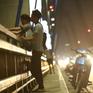 Tái diễn tình trạng dừng đỗ xe, hóng mát trên cầu Nhật Tân