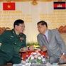 Việt Nam tặng quà Mặt trận Đoàn kết Phát triển Tổ quốc Campuchia