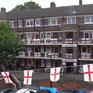 Dùng cờ cổ vũ bóng đá ở Anh: Chuyện cần phải xem xét?