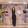 Đỗ Mỹ Linh thị phạm cho thí sinh Hoa hậu Việt Nam bằng màn catwalk xuất thần