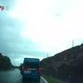 Clip: Gây tai nạn vì vượt ẩu trên khúc cua nguy hiểm