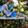 Lập kỷ lục Guinness cắt 26 quả dưa hấu trên bụng trong 1 phút