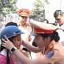 Người dân TP.HCM bất ngờ khi được CSGT tặng mũ bảo hiểm
