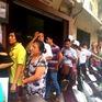 Hàng dài người xếp hàng đợi mua bánh Trung thu
