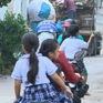 Nhiều phụ huynh còn thờ ơ đội mũ bảo hiểm cho trẻ em