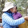 Phật tử kiều bào tại Anh trao quà từ thiện cho đồng bào trong nước