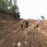 Hàng Tết khó lên vùng cao Quảng Ngãi vì sạt lở
