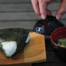 Cách làm cơm nắm kiểu Nhật và súp miso đơn giản, hấp dẫn
