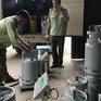 Bắt quả tang địa điểm sang chiết gas lậu trong bãi xe ở Bình Dương