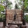 Người đàn ông nổi tiếng vì tự xây nhà gỗ một mình