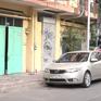 Người phụ nữ dùng búa đập phá xe ô tô đỗ trước nhà