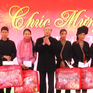 Đồng chí Trần Quốc Vượng thăm, tặng quà Tết cho hộ nghèo ở huyện Văn Yên, Yên Bái