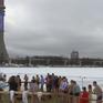 Người Nga dìm mình trong nước băng tái hiện lễ rửa tội của Chúa Jesus