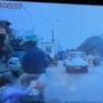 Bị CSGT phát hiện vi phạm, cô gái nhảy khỏi xe, ngã trước đầu ô tô