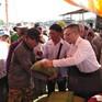 ĐSQ Việt Nam tặng quà hỗ trợ kiều bào tại Biển Hồ Campuchia đón Tết