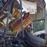 Xe khách nát đầu sau khi tông đuôi xe tải, 3 người bị thương