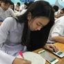 Học sinh làm bài thi trên... điện thoại