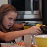 Cô bé khuyết tật 8 tuổi có thể tự đi xe đạp nhờ cánh tay giả