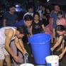 Người dân Hà Nội vất vả đợi nước sạch trong đêm